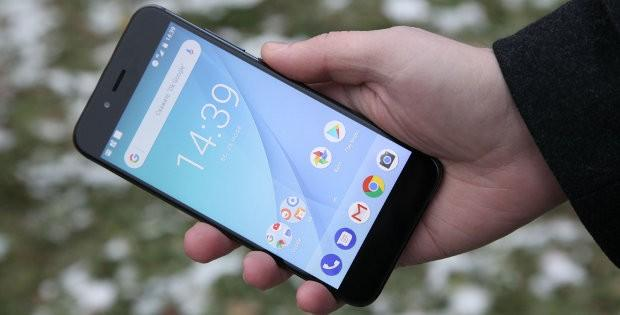 телефон Xiaomi в руке