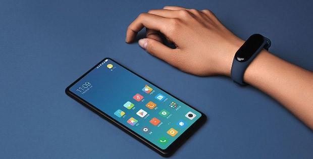 телефон Xiaomi и браслет Mi Band 3 на руке