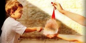 кадр мальчик протыкает водяной пузырь