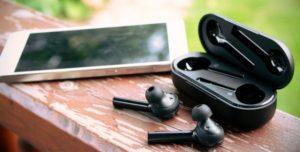 Bluetooth-наушники и смартфон Huawei