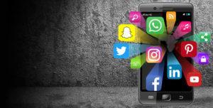 смартфон со значками соцсетей
