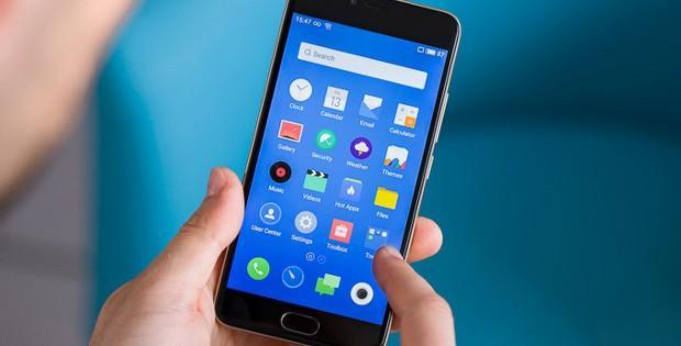 телефон Meizu в руке