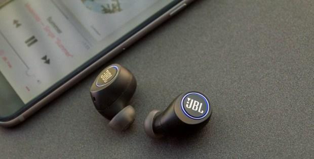 беспроводные наушники jbl и смартфон