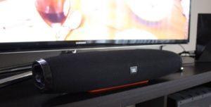 колонка JBL на фоне телевизора