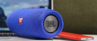колонка jbl, ноутбук и смартфон