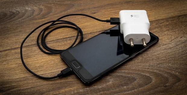 телефон и зарядное устройство