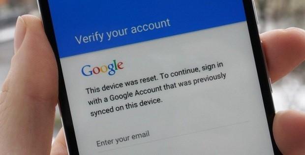 смартфон с открытым окном гугл аккаунта